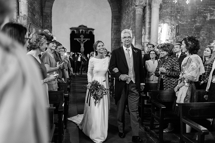 Bride comes to the ceremony |Wedding at Mas Vidrier | Destination Wedding Photographer Barcelona
