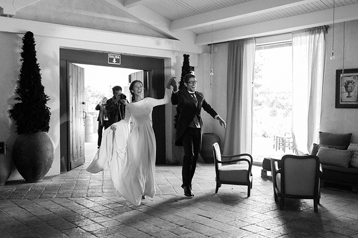 Happy newlyweds receiving guests |Wedding at Mas Vidrier | Destination Wedding Photographer Barcelona