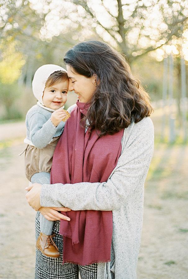Mamá con su bebé |Fotografía de família en Barcelona | Lena Karelova Fotografía familiar | Kodak Portra 400