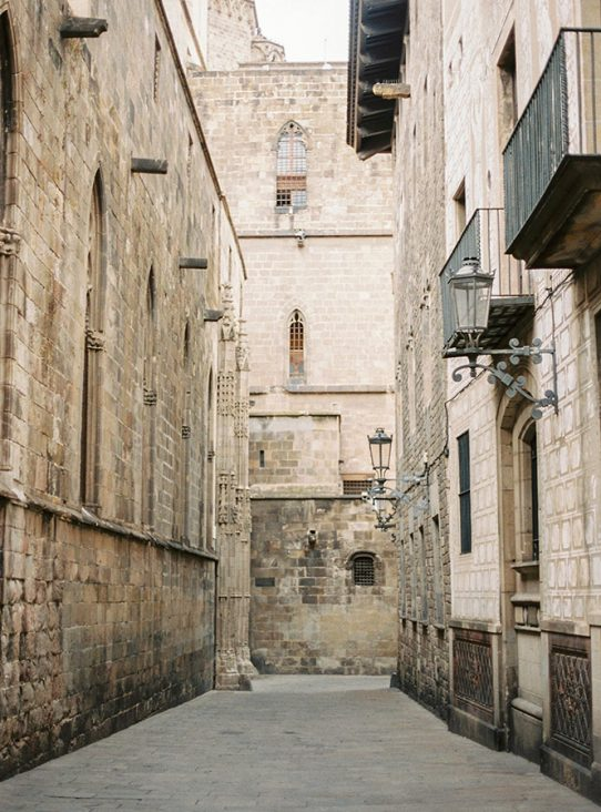 The best time for a photoshoot in Barcelona | Engagement photoshoot at Gothic Quarter | Lena Karelova Photography