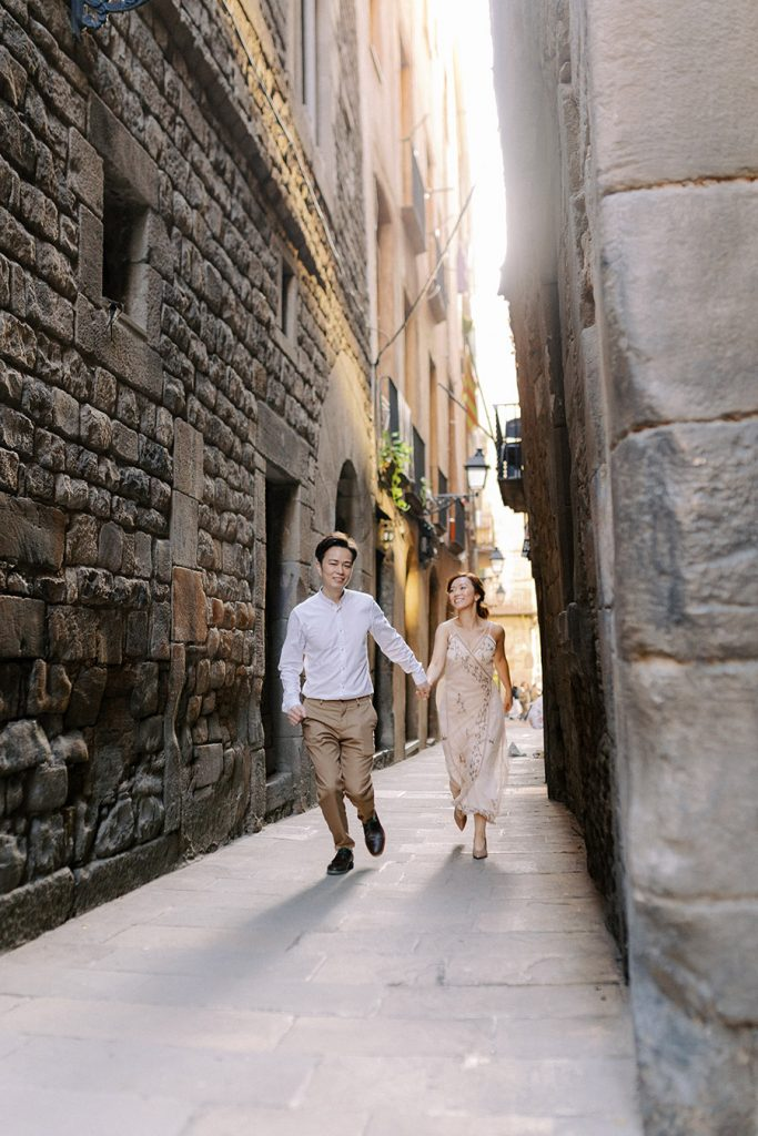 Gothic area Couple PhotoShoot in Barcelona